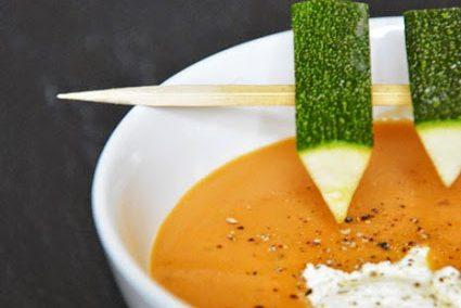 Süßkartoffel-Suppe mit Zucchini-Spießchen