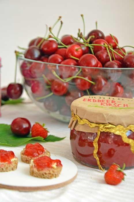 Marmelade mit Erdbeeren, Kirschen und Früchtetee