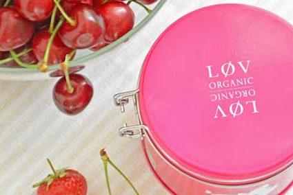 Samtig feine Marmelade mit Erdbeeren, Kirschen und Früchtetee von Løv Organic