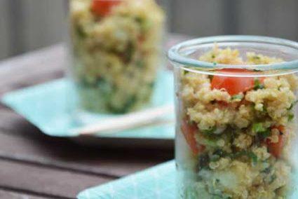 Veganer Quinoasalat mit Schnittlauch und Tomaten
