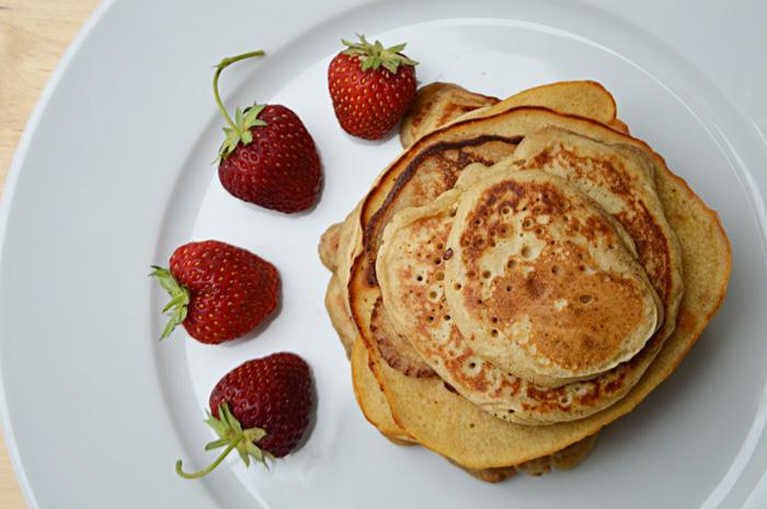 Dinkel-Buttermilch-Pancakes mit Erdbeermarmelade