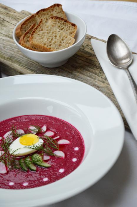 Rote Beete Suppe mit Kürbis, Ei und Kokosmilch