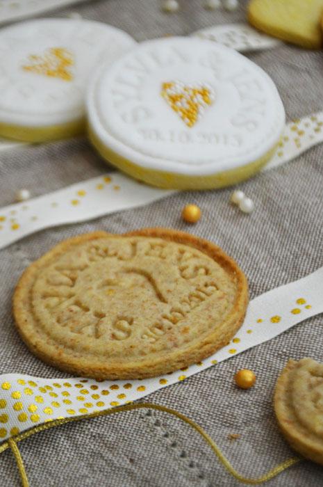 Zuckersüße Kekse zur Hochzeit aus Dinkelteig mit Keksstempel