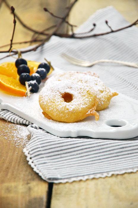 Apfelringe im Bierteig gebacken mit Puderzucker