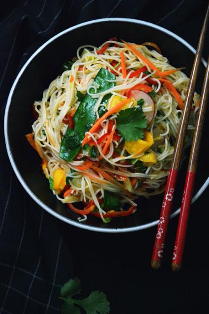 Asiatischer Reisnudelsalat mit Mango & Tom Kha Tofu