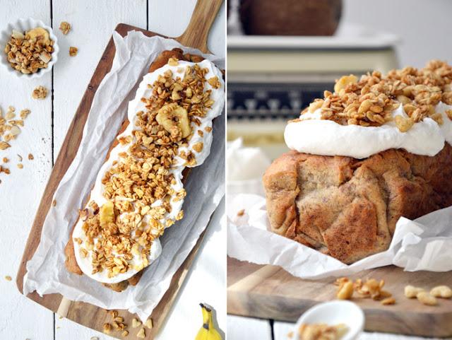 Kokos-Bananenbrot mit köstlichem Topping aus veganer Sahne und Müslicrunch