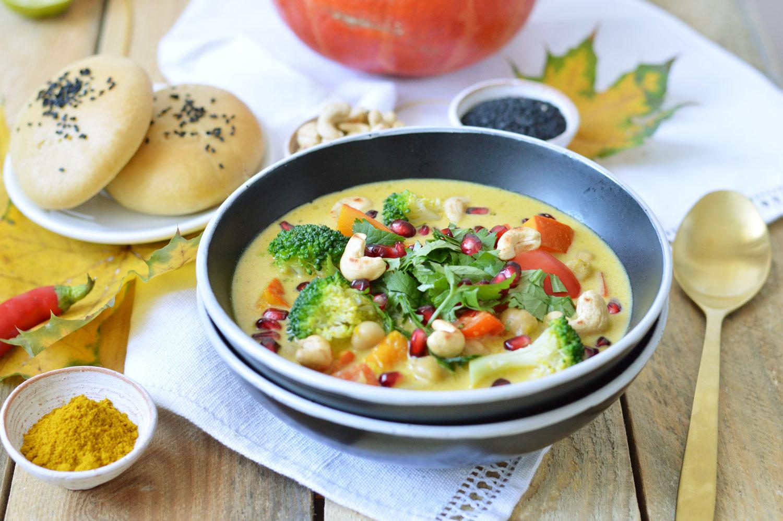 Kürbiscurry mit Granatapfel und dazu selbstgebackenes Naan