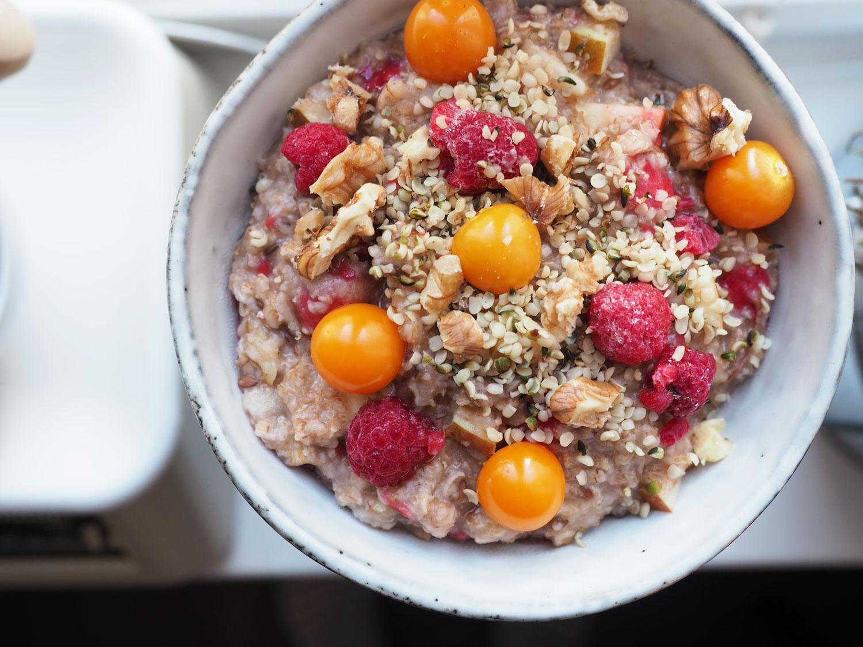 Veganes Himbeer-Apfel-Porridge mit Nüssen und Hanfsamen