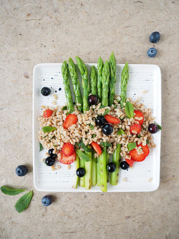 Lasst den Sommer rein: Superleckerer Dinkel Spargel Salat mit Erdbeeren und Heidelbeeren