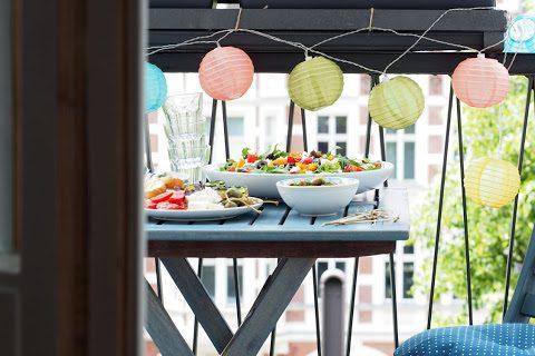 Los geht die Tchibo*-Tapas Party auf meinem Balkon mit mediterranem Salat und vegetarischen Zucchini Röllchen