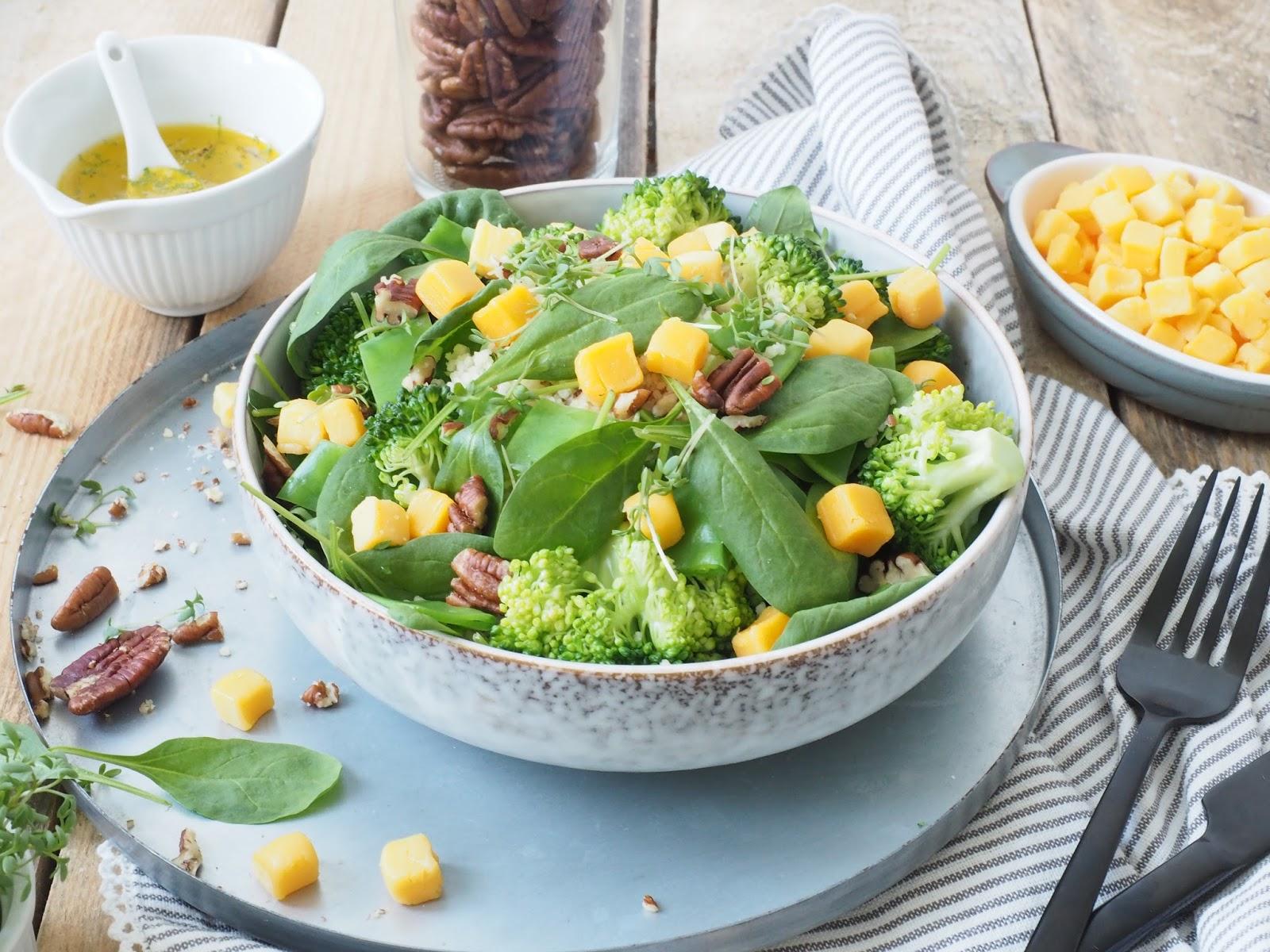 Grüner Couscous Salat mit Brokkoli, Pekannüssen und Cheddarwürfeln