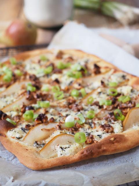 Flammkuchen mit Birne, Gorgonzola und Walnüssen