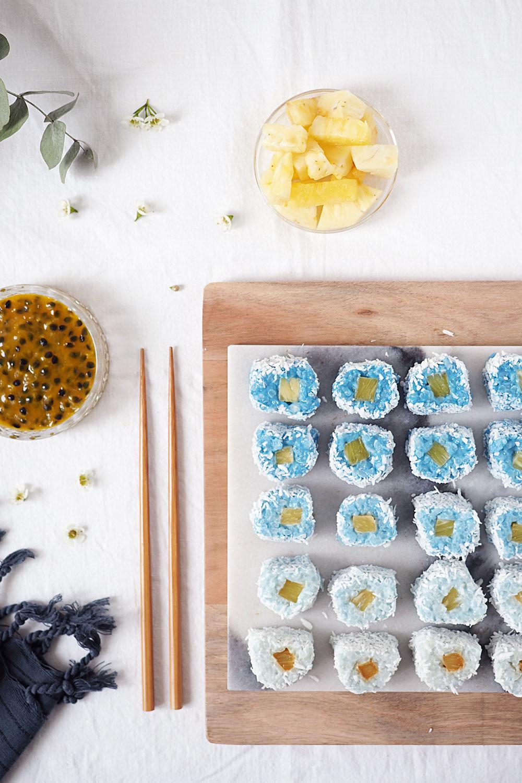 Ombre Kokos-Milchreis-Sushi mit Ananas und Maracuja-Dip