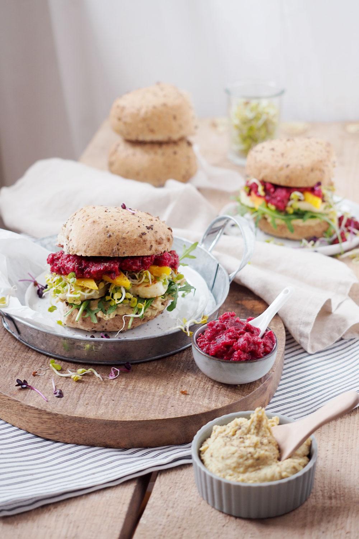 Sündhaft leckerer Halloumi-Burger mit Rote Beete-Meerrettich, Mango, Hummus und Sprossen