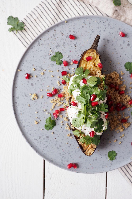 Gefüllte Aubergine mit Quinoa, Korianderdip und Granatapfelkernen