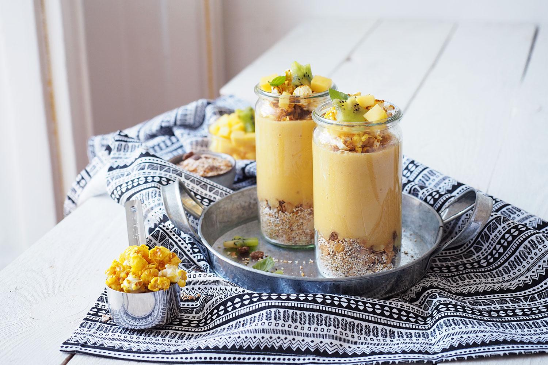 Upside-down-Smoothiebowl mit Mango und Kurkuma-Popcorn