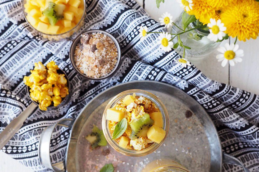 Der Morgen steht Kopf - Upside-down-Smoothiebowl mit Mango und Kurkuma-Popcorn