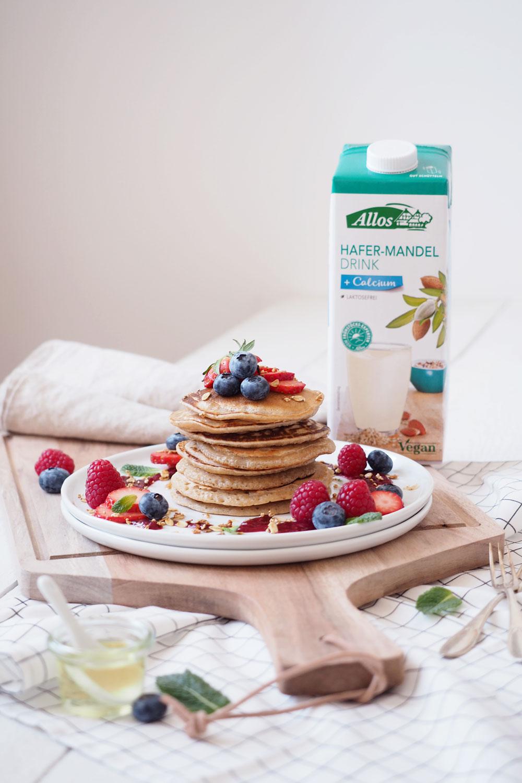 Vegane Pancakes mit Heidelbeersauce, Müslicrunch und frischen Beeren