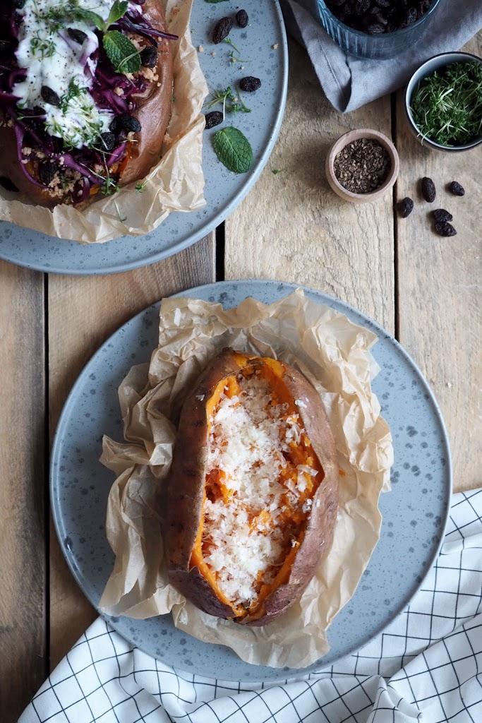 Süßkartoffel-Kumpir mit Rosinen-Rotkohl-Salat und Minz-Joghurt