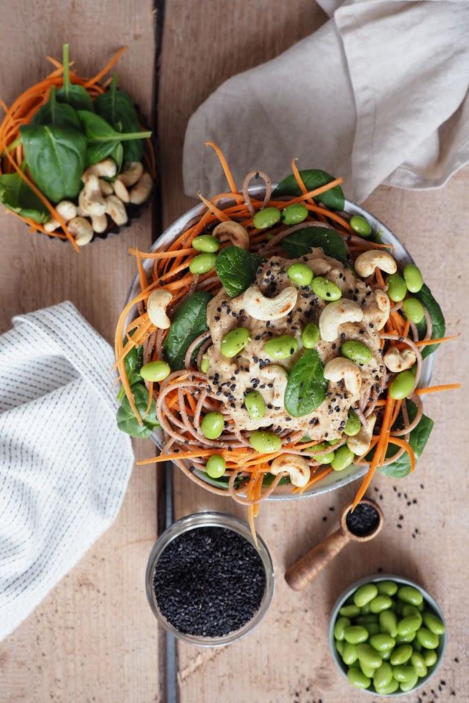 Karotten Spaghetti mit Edamame, Spinat und Cashewsauce