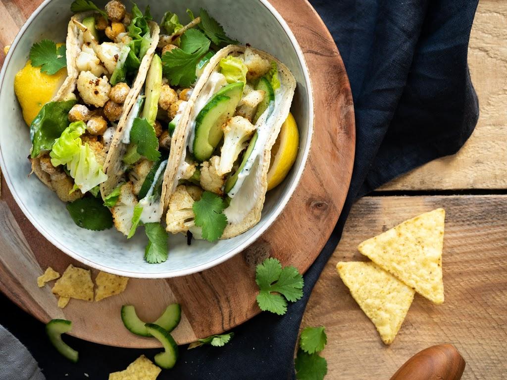 Tacos mit geröstetem Blumenkohl und veganem Zitronen-Joghurt und Koriander-Dip