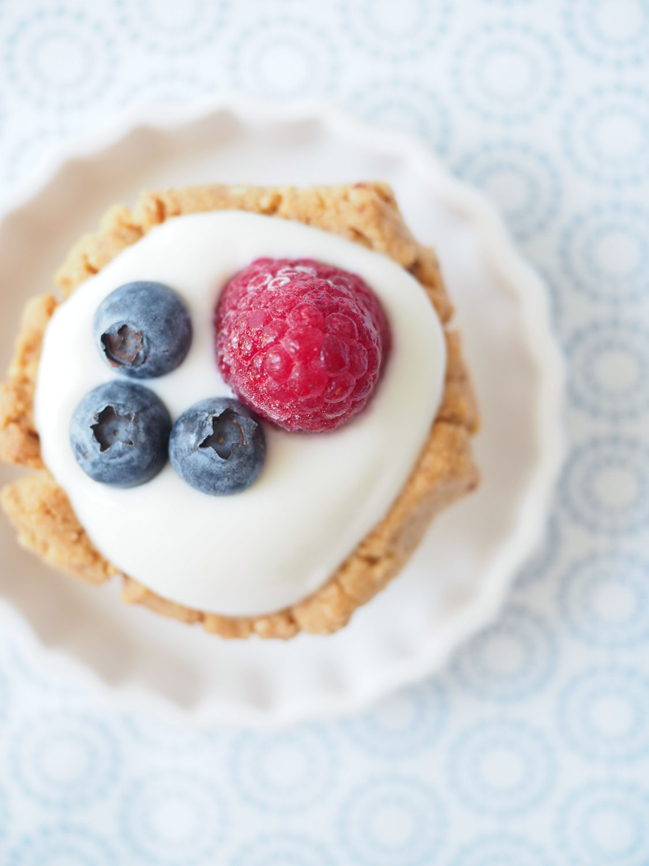 Sommer-Törtchen mit Joghurt und frischen Beeren
