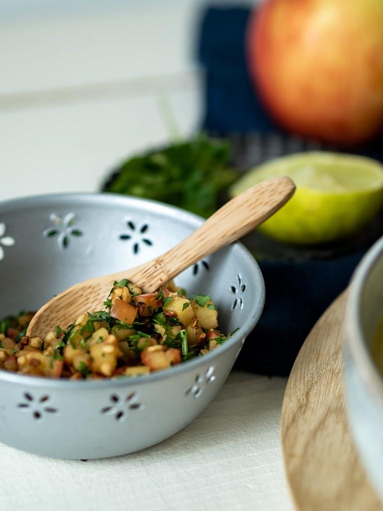 Vegane Apfel-Paprika-Suppe mit Haselnuss-Petersilien-Gremolata