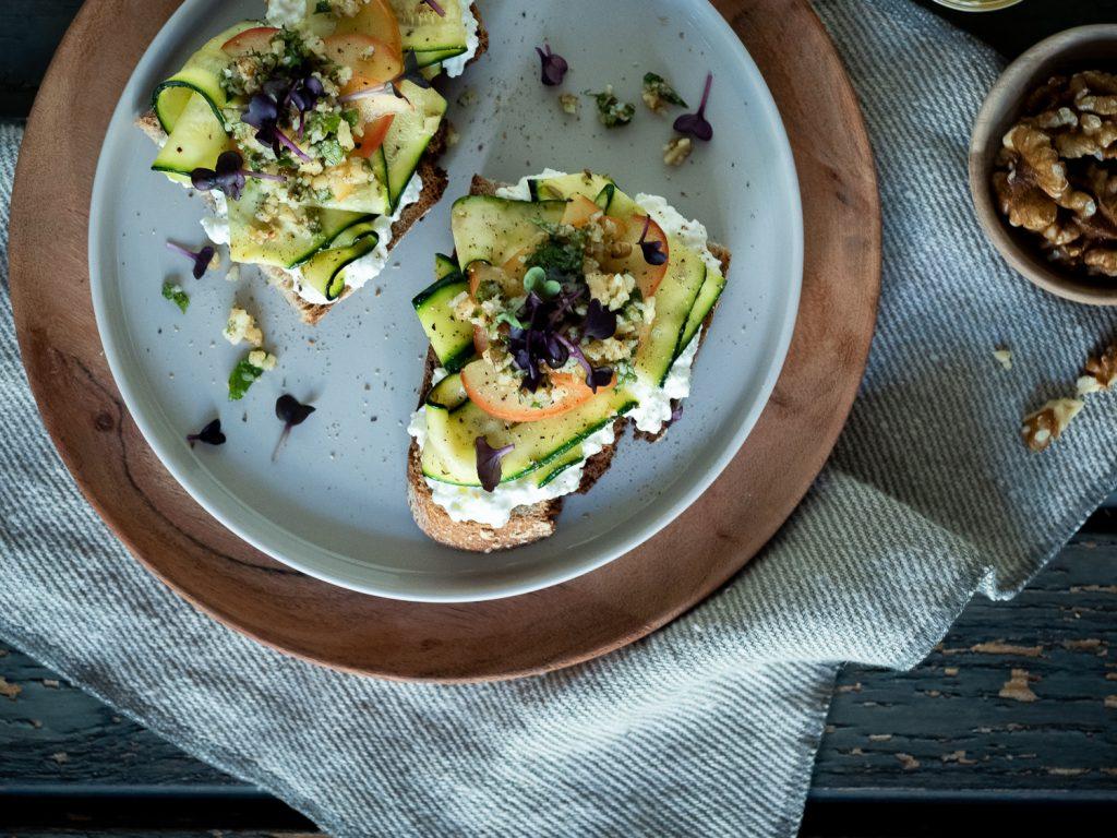 Geröstetes Brot mit Walnuss-Minz-Pesto, marinierter Zucchini und Honig-Äpfeln