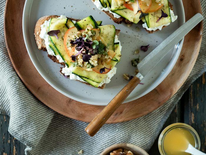 Geröstetes Brot mit Walnuss-Minz-Pesto, marinierten Zucchini und Honig-Äpfeln