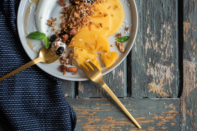 Veganes und glutenfreies Buchweizengranola mit Khaki und Ahornsirup