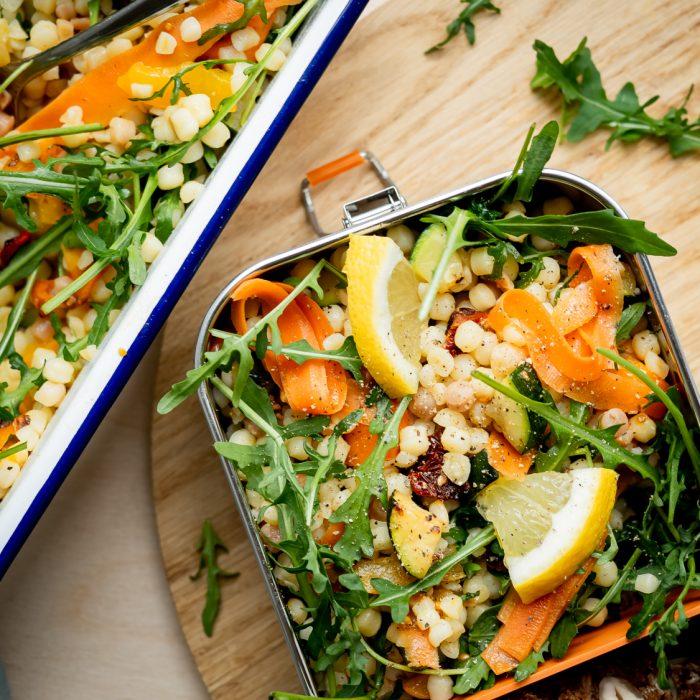 Veganer Fregolasalat mit mediterranem Gemüse