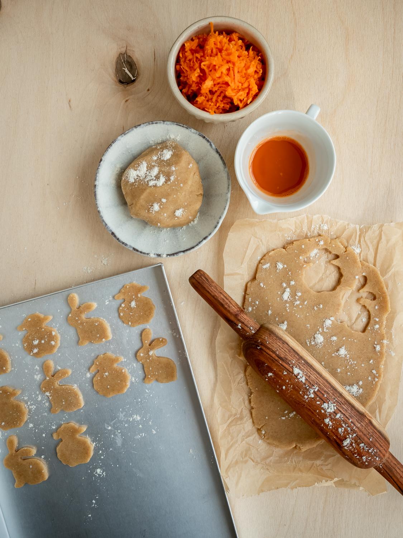 Osterkekse mit Rübli-Guss und Nuss-Topping