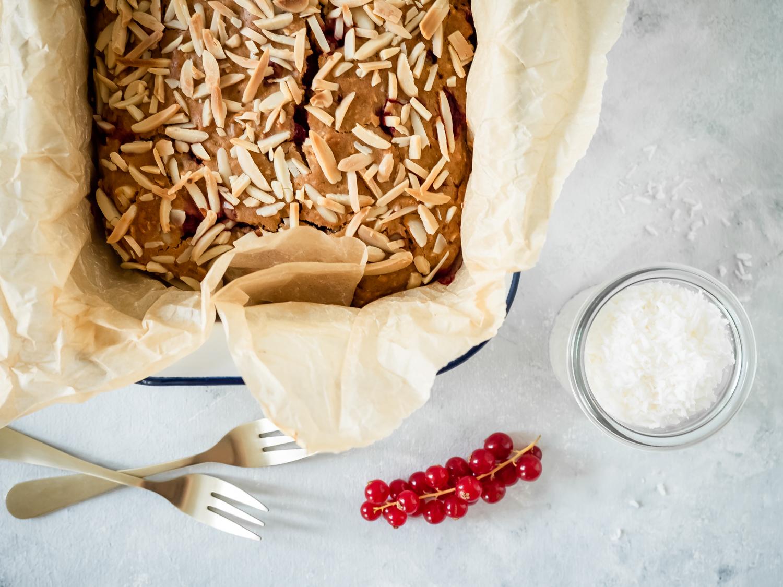 Schneller veganer Kokos-Johannisbeer-Kuchen