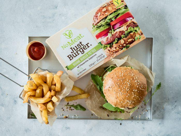 Veggie-Burger mit Pistazien-Ziegenkäse, Rucola, roten Zwiebeln und veganer Honig-Mayo