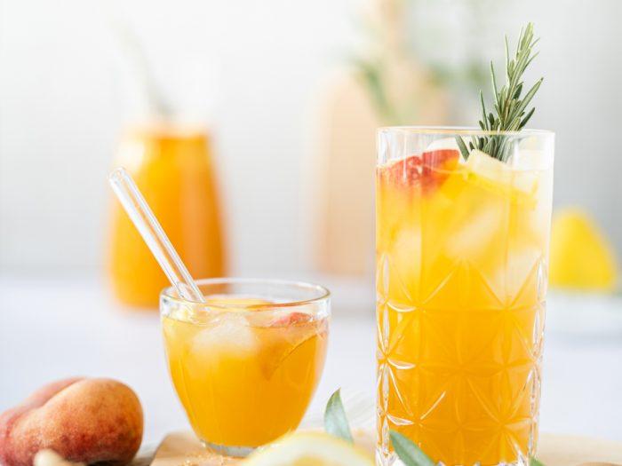 mediterrane bergpfirsich limonade und olivenbaum