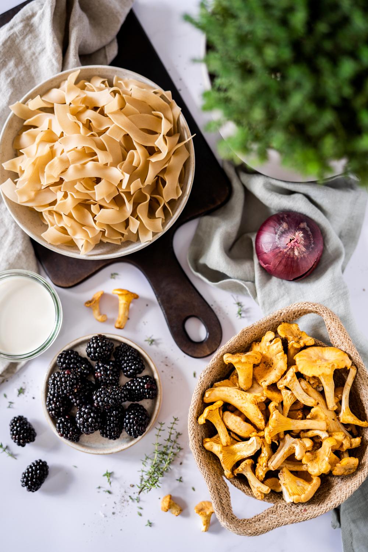 Vegane Pfifferlings-Pasta mit Brombeeren